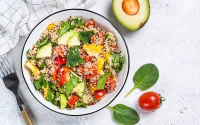 Salade de quinoa et petits légumes sur lit d'avocat