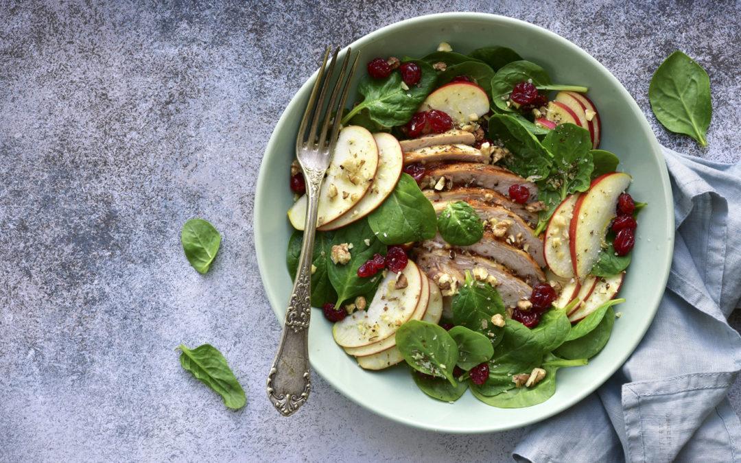 Salade kéto de pousses d'épinard, emmental, noix, pommes et poulet